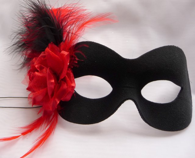 Black & red masquerade mask